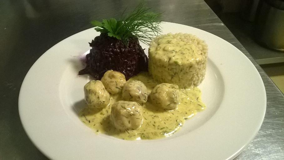 ryż pulpety i sałatka na lunch